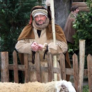 24 uomo con le pecore